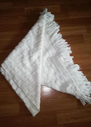 Нежный вязаный угловой платок