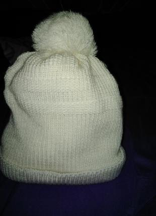 Белоснежная шапочка с бубоном.
