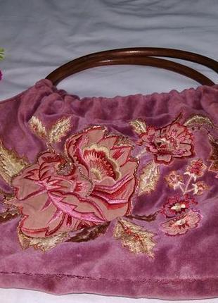 Бархатная сумка с вышивкой и деревянной ручкой