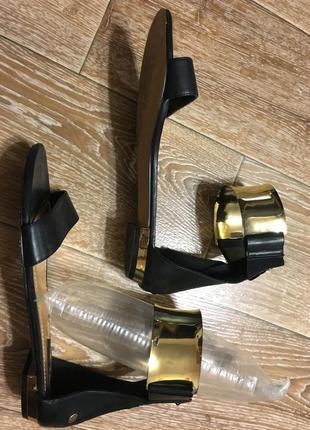 Черные босоножки с золотой металлической платиной
