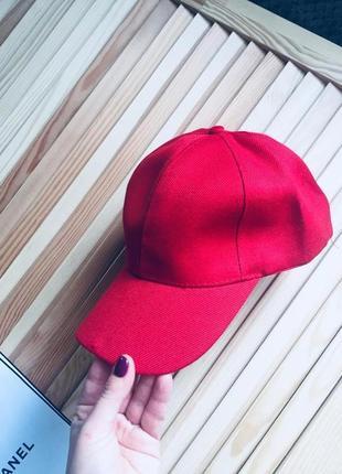Отличная красная кепка бейсболка
