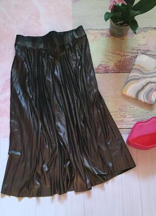 Длинная серебристая плиссированная юбка