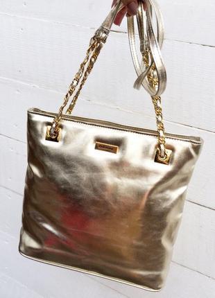 Крутая сумка,золотистого цвета с длинными ручками на цепочке!