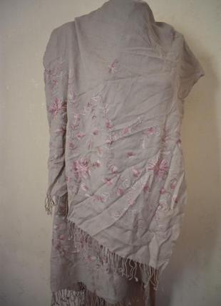 Красивый шарф палантин с вышивкой  tie rack 100% натуральная шерсть.
