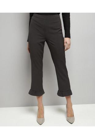 Актуальные чёрные брюки укороченные с рюшами, трендовые штаны зауженные кроп классические