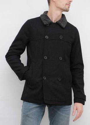 Стильное двубортное пальто с красивым воротником