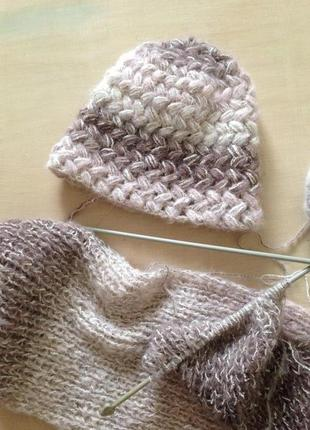 Красивая, теплая, объемная вязаная шапочка.