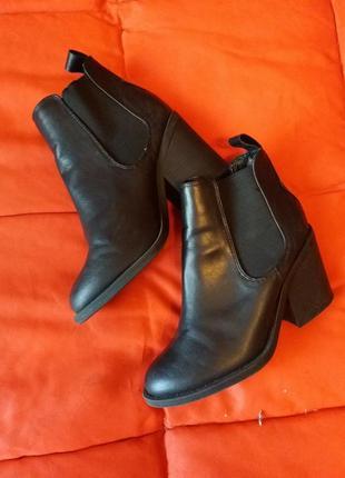 Актуальные ботинки с заостренным носком,на большом каблуке