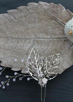 Нежная шпилечка из хрустальных розовых бусин, фурнитурных листиков, цветочков.