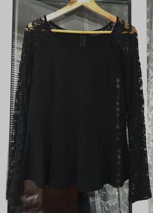 Стильная трикотажная блуза с баской и кружевом