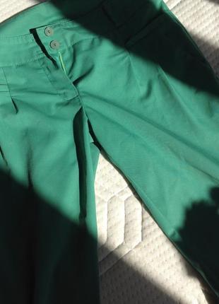 Крутые зеленые зауженные укороченные брюки аtmosphere