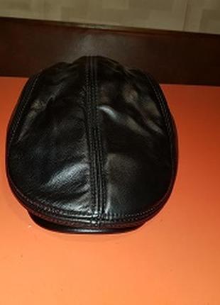 Кепка кожаная, утепленная, черного цвета