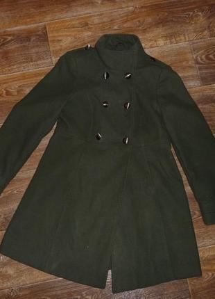 Актуальное пальто в стиле милитари