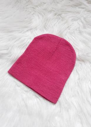 Яркая малиновая шапка на осень-весну, плотная вязка, демисезонная шапка