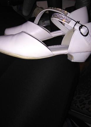 Білі туфельки