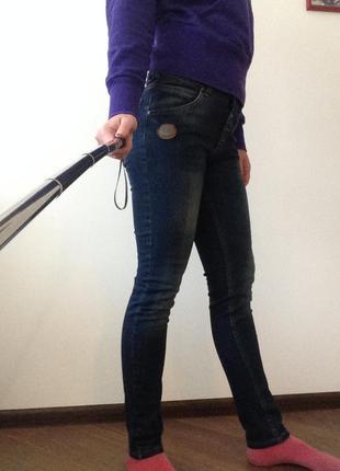 Темно-синие джинсы с потертостями