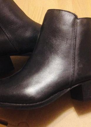 Кожанные ботинки на среднем каблуке с золотыми молниями