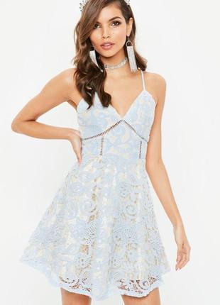 Кружевное платье с пышной юбкой