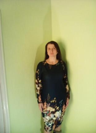 Красивое темно-синее платье прямого кроя с цветами