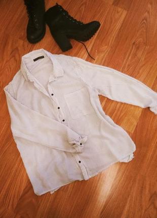 Классная базовая белая рубашка в тонкую черную полоску