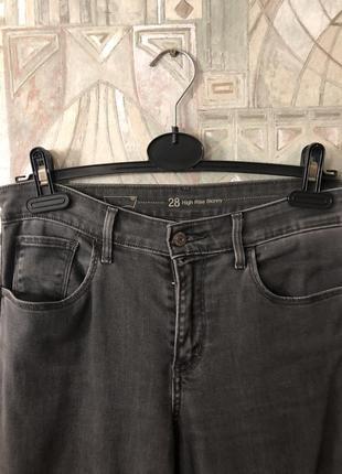 Серые джинсы levis