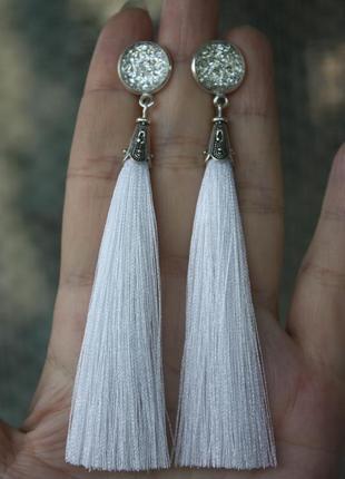Серьги серёжки кисти кисточки белые с красивым камнем