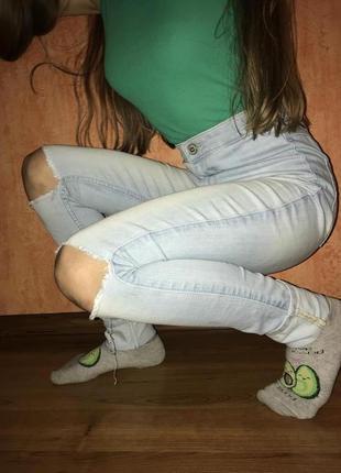 Рваные джинсы с завышенной талией
