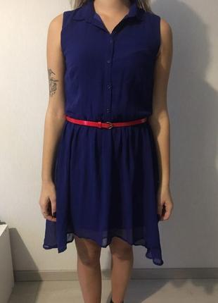 Шифоновое синее летнее нарядное платье с красным поясом розами