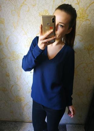 Красивая блузка с v-образным вырезом