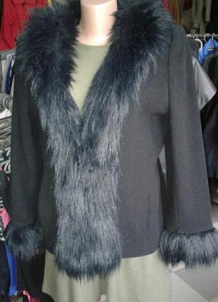 Эффектное пальто с меховой оторочкой