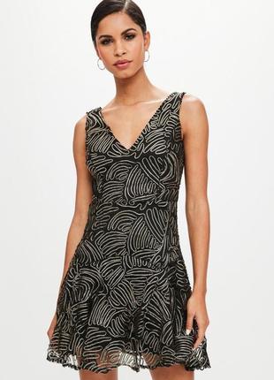 Шикарное платье обшитое золотой нитью