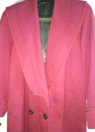 Элегантное длинное женское пальто бордового цвета