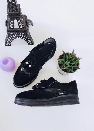Стильные замшевые туфли с лаковыми вставками и бахромой  на танкетке