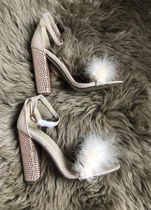 Босоніжки з хутром страуса
