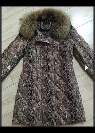 Куртка на пуху фирменная с енотом стёганная