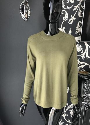 Зелёный свитер с открытой спиной