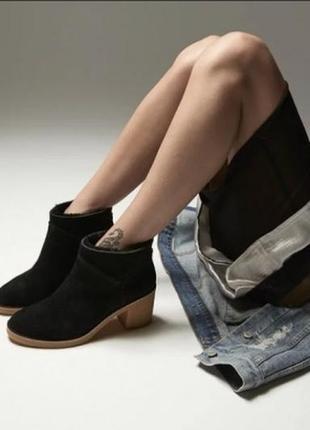 Черные ботинки на каблуке  ugg