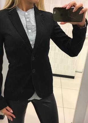 Черный пиджак stradivarius. классический приталенный пиджак, жакет.