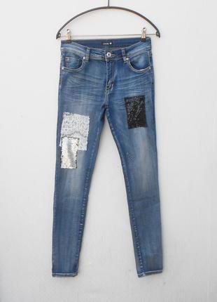 Синие джинсы скинни с кружевом и паетками