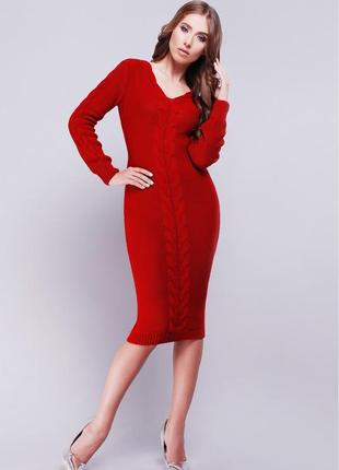 Очаровательное приталенное вязаное платье миди