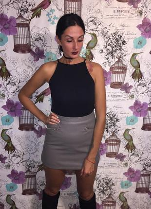 Стильная серая юбка с экокожи