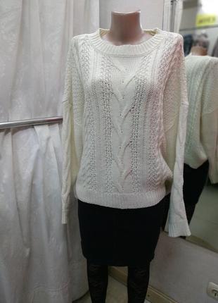 Свободный белый свитер крупной вязки