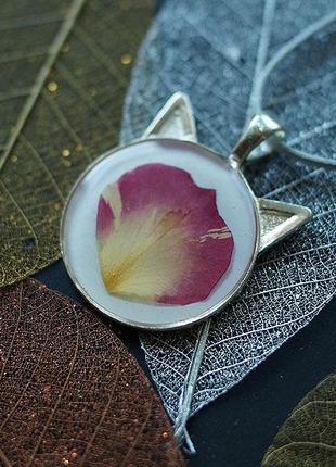 Кулон-котик с лепестком розы