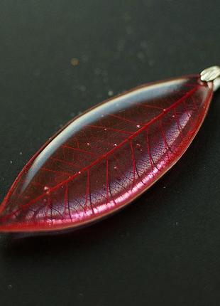 Красный кулон-листик
