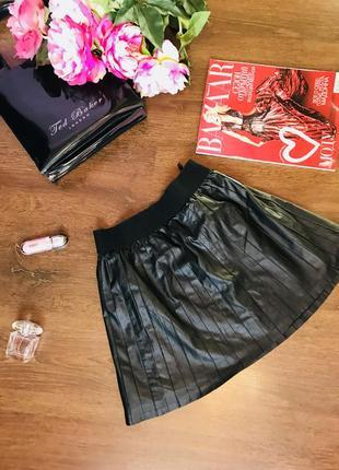 Стильная клешная кожанная юбка terranova черного цвета.