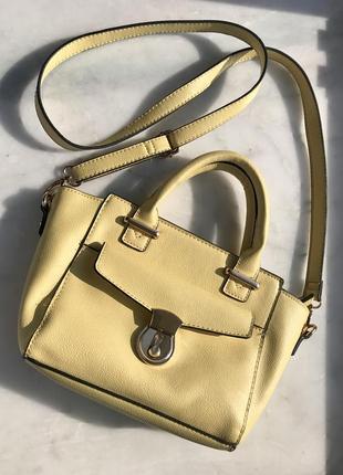 Нарядная желтая сумочка с короткими ручками и с длинным ремнем