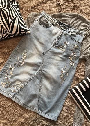 Актуальная джинсовая юбка миди с вышивкой