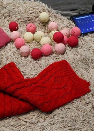 Красный вязанный шарф