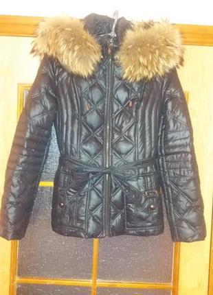 Женская куртка-пуховик со съёмным мехом и капюшоном