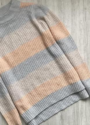 Тёплый вязаный свитер причинно покроя с разрезами по боках